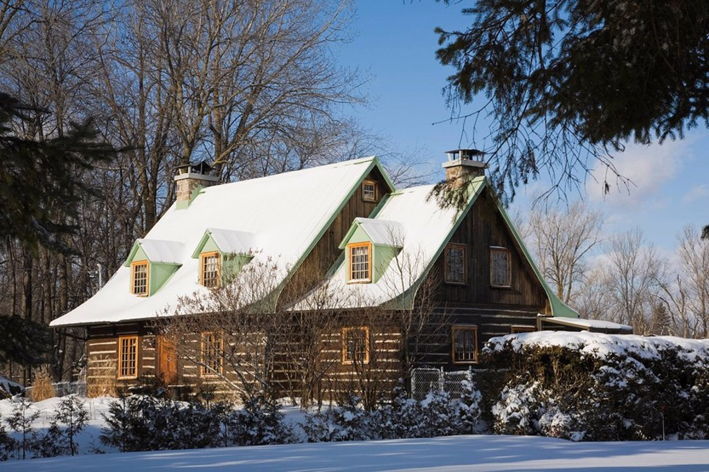Two_storied Canadiana style residential home in winter, Laval, Quebec, Canada. : Stock Photo