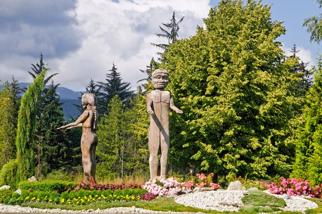 First Nation Welcoming figures, created by Hupacasath carvers, Victoria Quay, Port Alberni, British Columbia, Canada : Stock Photo