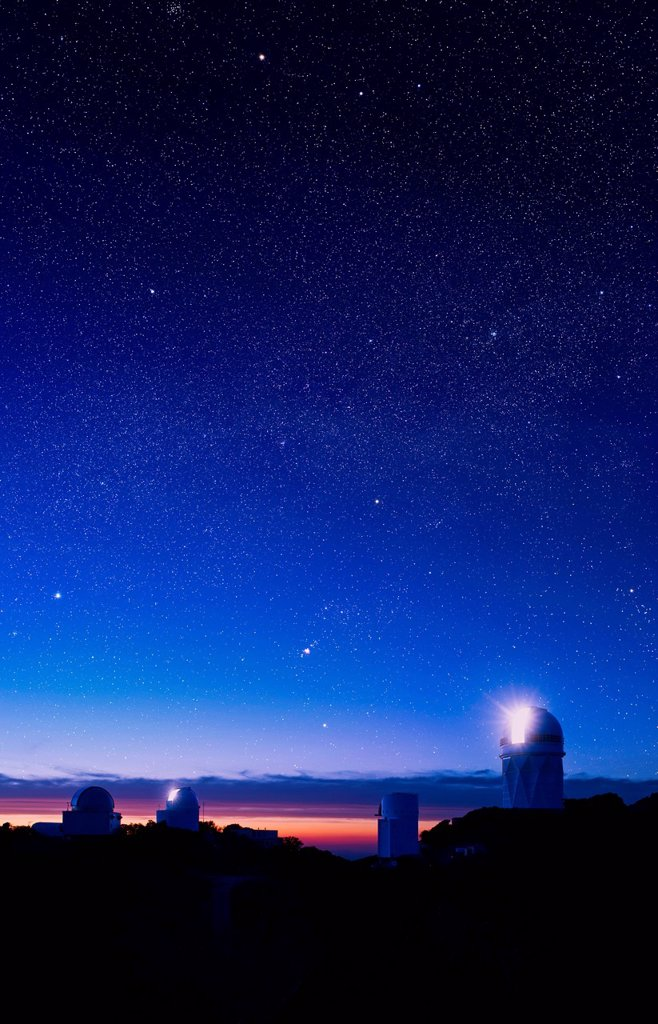 From left to right: Spacewatch 1.8 m telescope, Spacewatch.9 m telescope, Steward Observatory´s Bok 2.3 m telescope, Kitt Peak National Observatory Mayall 4 m telescope, with the constellation Orion above, Kitt Peak National Observatory, near Tuscon Ariz. From left to right: Spacewatch 1.8 m telescope, Spacewatch.9 m telescope, Steward Observatory´s Bok 2.3 m telescope, Kitt Peak National Observatory Mayall 4 m telescope, with the constellation Orion above, Kitt Peak National Observatory, near T : Stock Photo