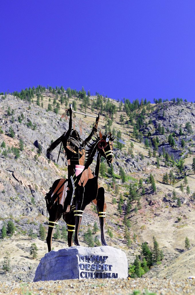 A statue of a native Indian with head dress, on a horse at Nk´Mip Desert Cultural Centre, Osoyoos, British Columbia, Canada : Stock Photo