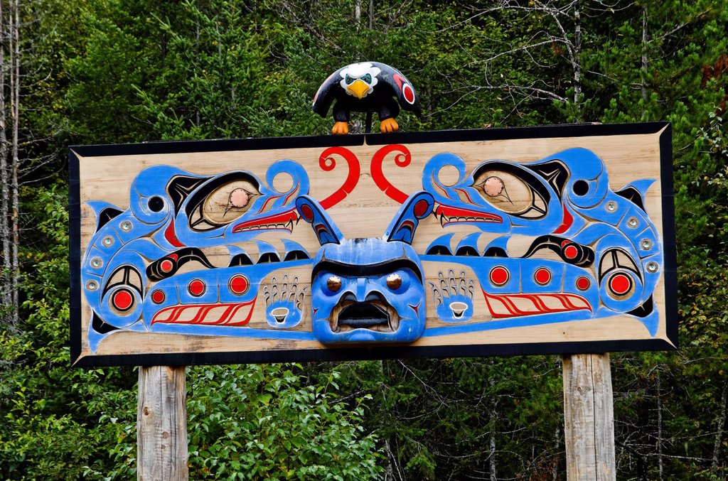 Stock Photo: 1990-50486 Nusq´lst Memorial Pole honouring Dayton Clifford Mack, Bella Coola Valley, BC, Canada