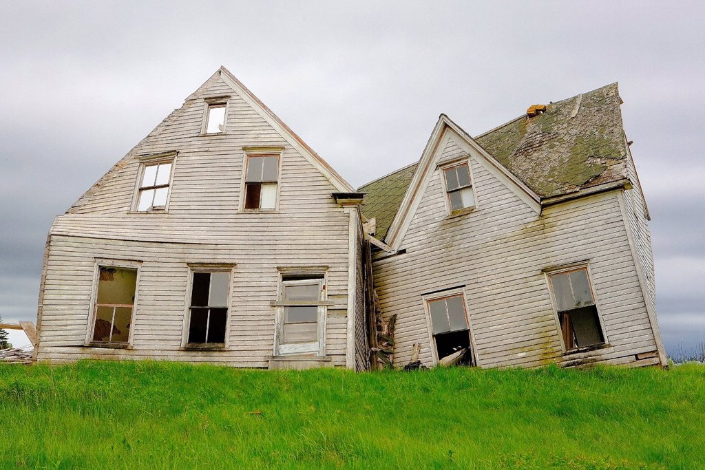 Stock Photo: 1990-53791 Collapsed and abandoned house, Kings County, Prince Edward Island, Canada