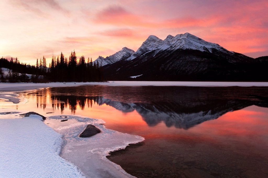 Stock Photo: 1990-60617 Sunrise at Spray Lake in Spray Valley Provincial Park in Kananaskis Country, Alberta, Canada
