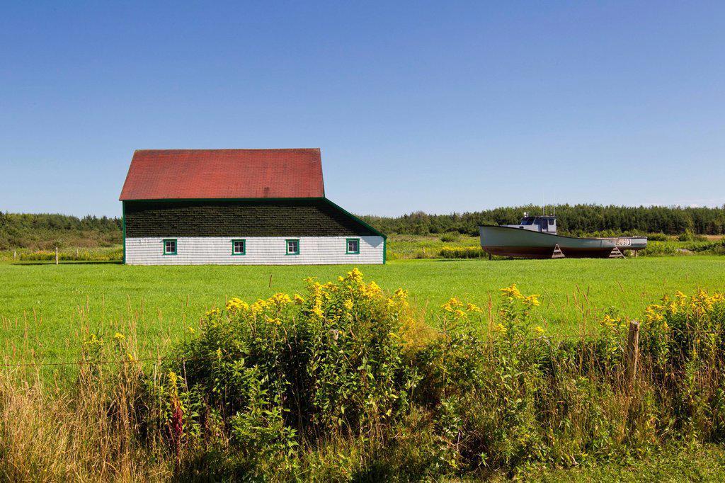 Barn and fishing boat, Skinner´s Pond, Prince Edward Island, Canada : Stock Photo