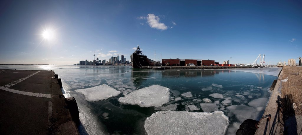 The City of Toronto and ships in harbour as seen from the portlands in winter, Toronto, Ontario, Canada : Stock Photo