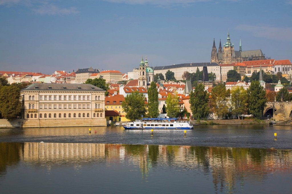 Stock Photo: 1990-64355 Vltava river and Prague Castle in the background, Prague, Czech Republic