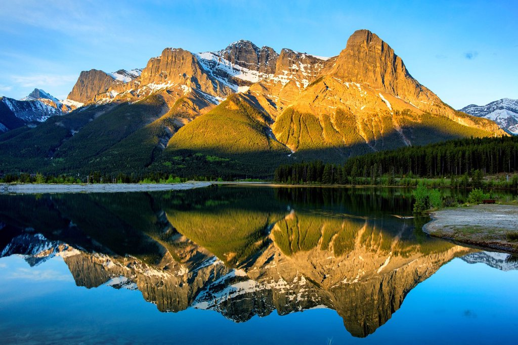 Ha Ling Peak at the northwestern end of Mount Lawrence Grassi at sunrise, Canmore, Alberta, Canada : Stock Photo