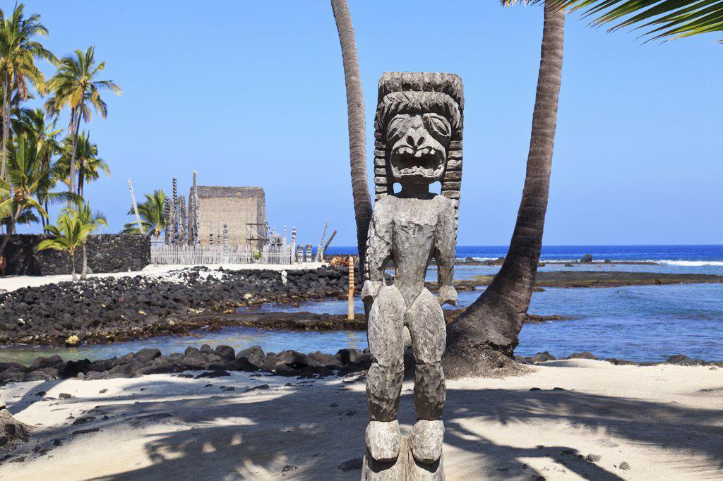 Hawaii, South Kona, Tiki statue and heiau (temple) at Puuhonua O Honaunau : Stock Photo