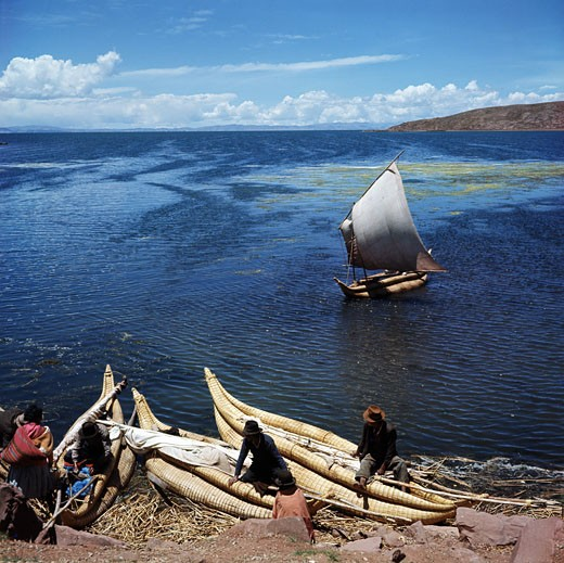 Bolivia, Lake Titicaca, Fishermen at lakeside : Stock Photo
