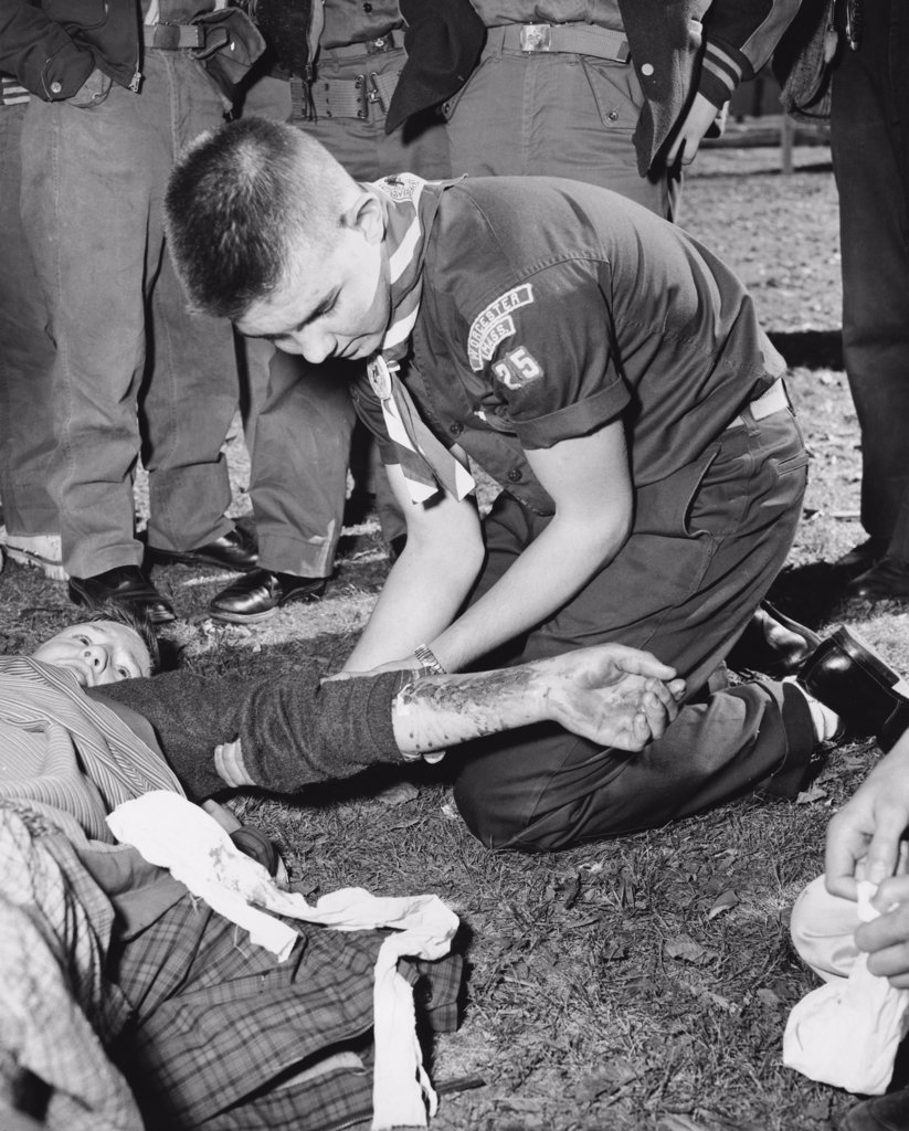 Boy scouts learning first aid : Stock Photo