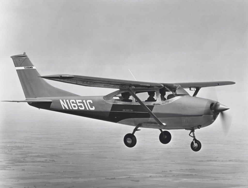 Side profile of an aircraft in flight, 1969 Cessna 182 Skylane : Stock Photo