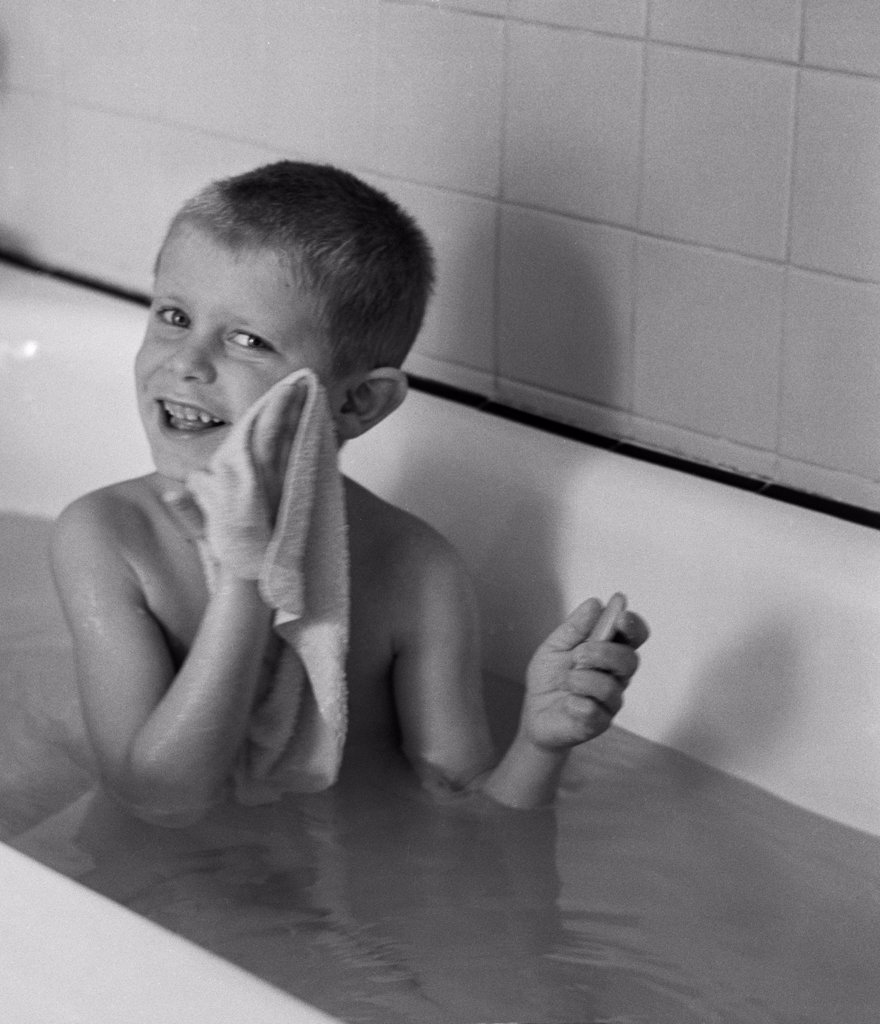 Stock Photo: 255-416460 Boy  washing himself in bathtub