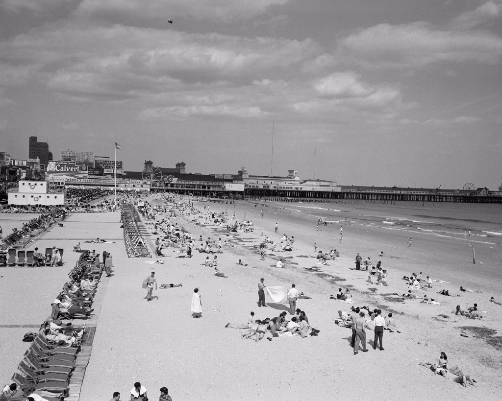Stock Photo: 255-416584 USA, New Jersey, Atlantic City, people on beach