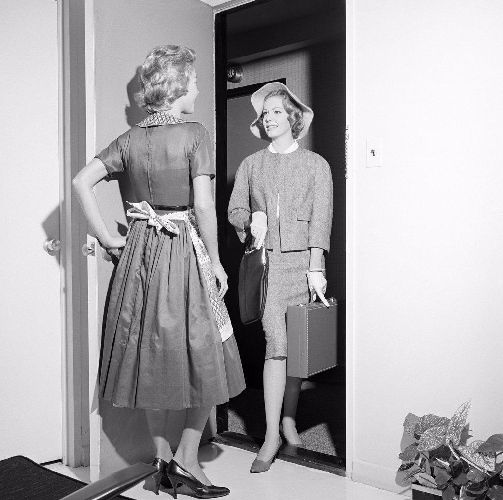 Stock Photo: 255-417550 Two women meeting in doorway