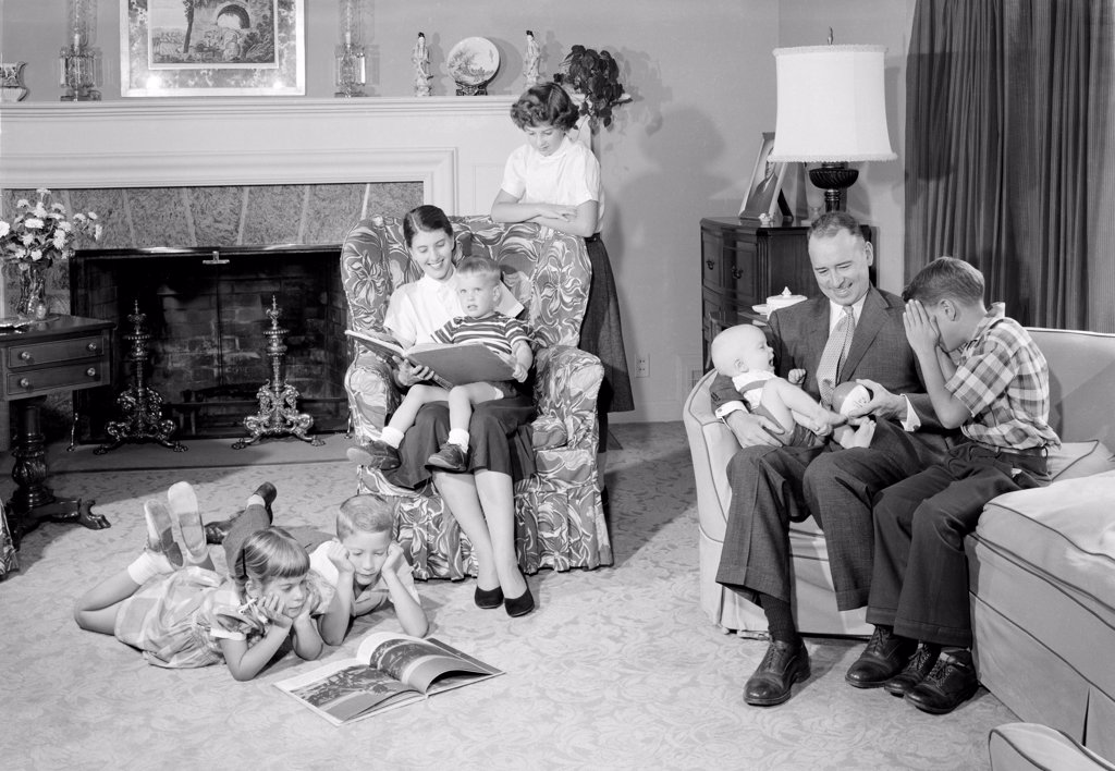 Stock Photo: 255-419161 Family with six children in living room