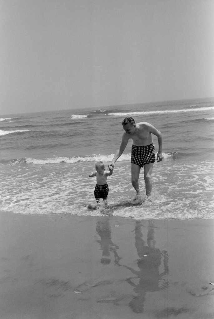 Stock Photo: 255-423025 Father and son playing on beach