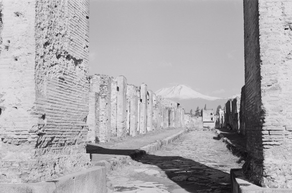 Stock Photo: 255-423422 Italy, Campania, Pompeii, Old Roman road through ruins