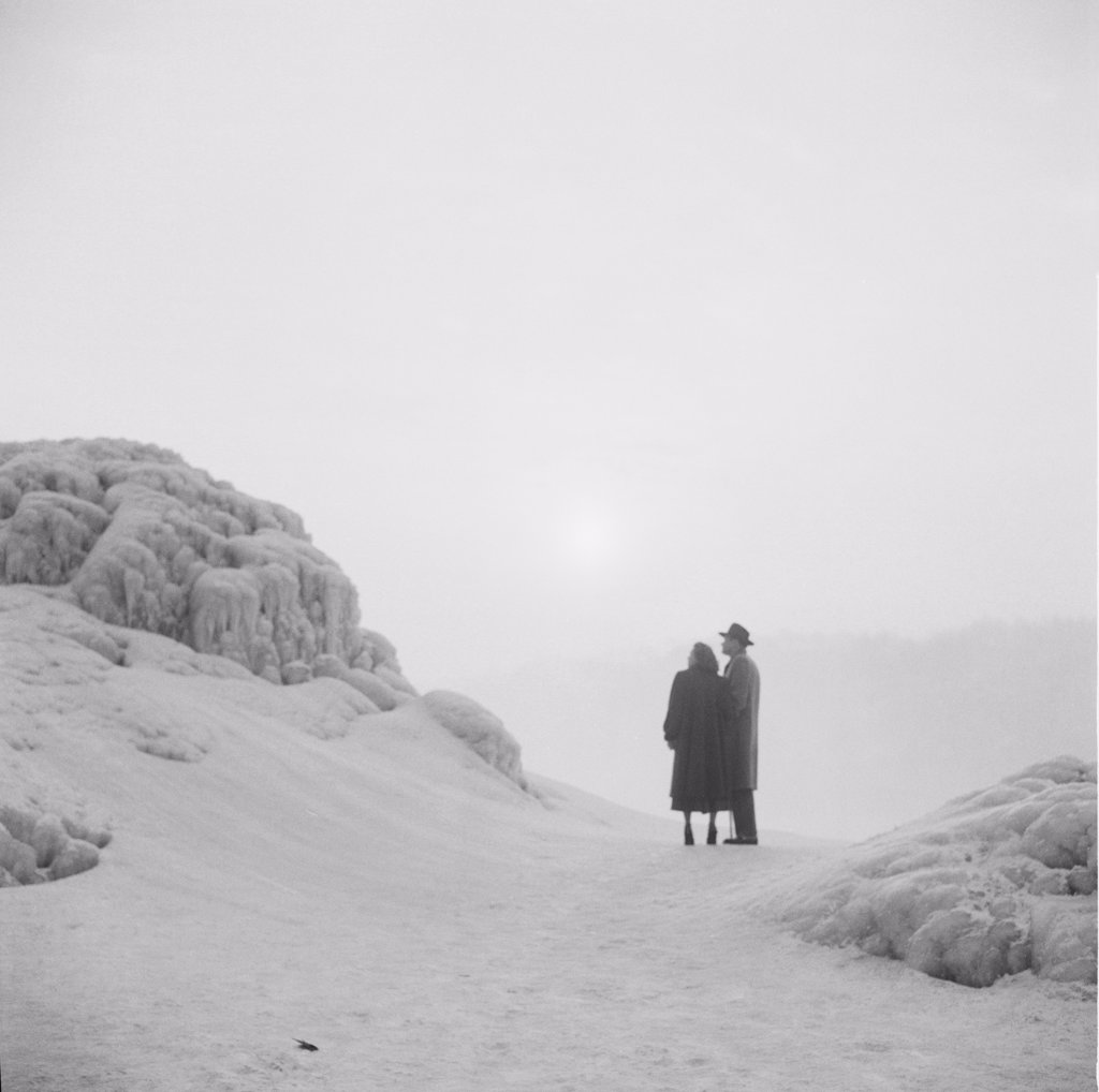 Stock Photo: 255-423908 Canada, Ontario, Honeymoon couple enraptured by winter sunset at Niagra Falls
