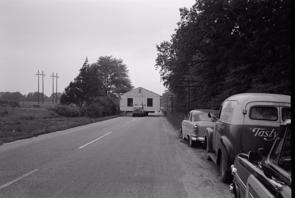 USA, New Jersey, Freehold, House moving truck on Route 537 : Stock Photo
