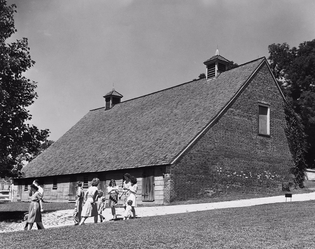 Stock Photo: 255-44944 Group of people in front of a barn, Mount Vernon, Virginia, USA