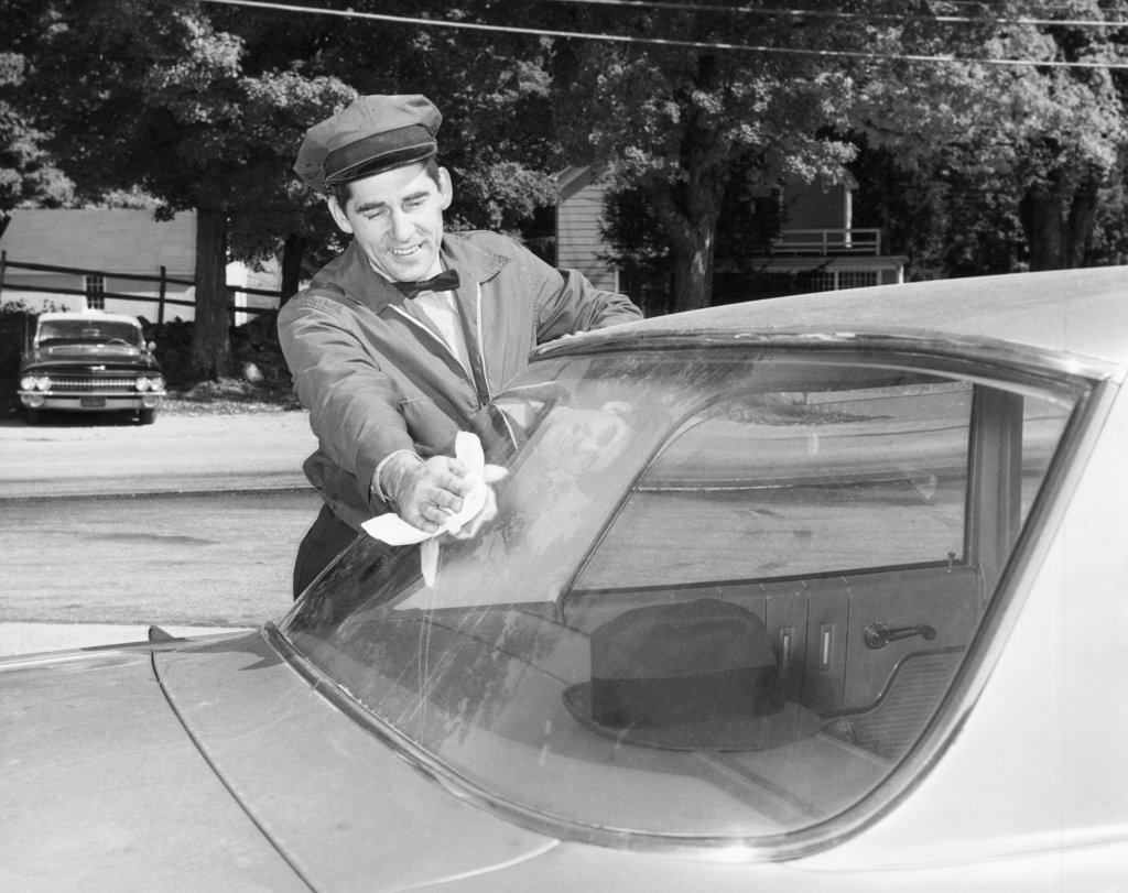 Stock Photo: 255-6636 Gas station attendant cleaning windshield of a car