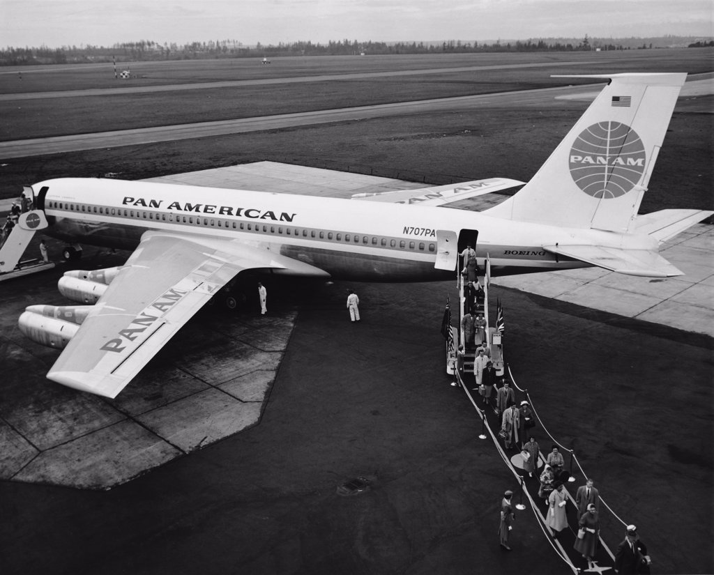 High angle view of passengers disembarking from an airplane, Boeing 707 : Stock Photo