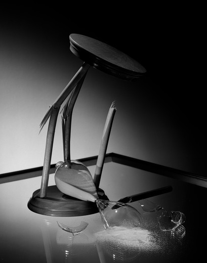 Stock Photo: 255-7508 Broken hourglass