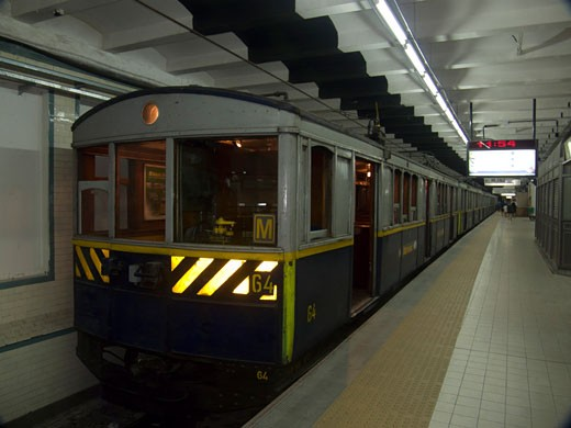 Stock Photo: 3138-728 Subway train at a platform, Buenos Aires, Argentina