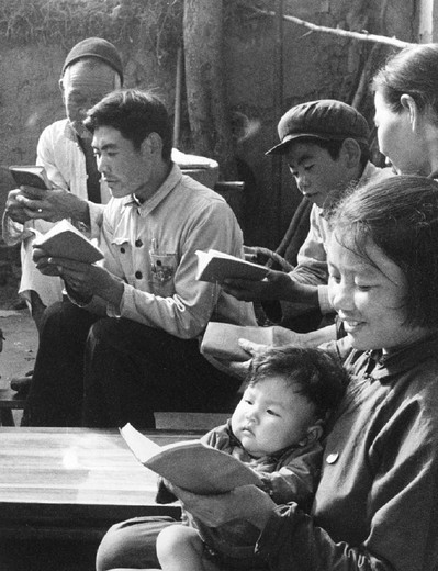 Stock Photo: 3153-576458 china, cultural revolution, studying mao´s red book