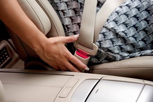 donna in auto che allaccia la cintura di sicurezza : Stock Photo