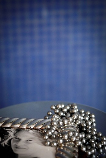 Stock Photo: 3153-584789 cornice con una fotografia di una donna e collana di perle