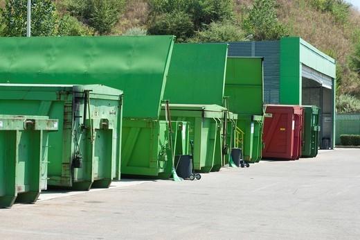 raccolta differenziata alla ricicleria AMSA di via barzaghi a milano : Stock Photo