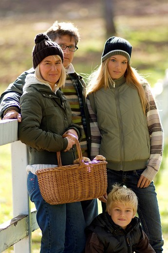 Stock Photo: 3153-599807 family, countryside