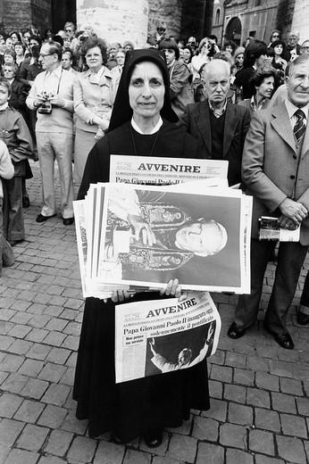Stock Photo: 3153-612937 città del vaticano, una suora con i quotidiani che annunciano il pontificato di giovanni paolo II
