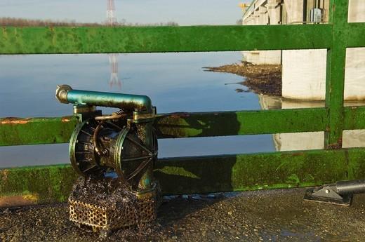 Stock Photo: 3153-614077 recupero petrolio dal fiume Po alla diga della centrale Enel, isola serafini, emilia romagna, italia