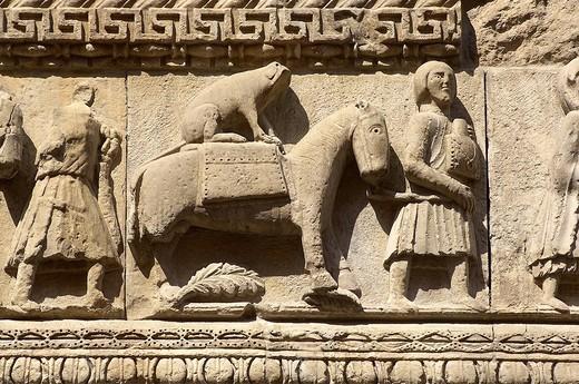 pellegrino con cavallo e cane mentre percorre la via francigena verso roma, torre meridionale del duomo di fidenza, emilia romagna : Stock Photo