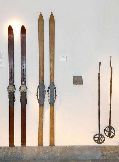 Stock Photo: 3153-627471 durmast wood ski 1935 and ash wood ski 1915