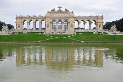 la gloriette e fontana di nettuno, parco del castello di schonbrunn, vienna, austria : Stock Photo