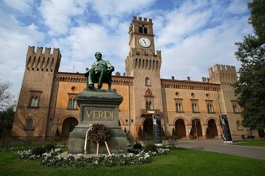 monumento a verdi e rocca pallavicino, busseto, emilia romagna, italia : Stock Photo