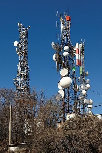 traliccio con i ripetitori e antenne sul monte maddalena, lombardia, italia : Stock Photo