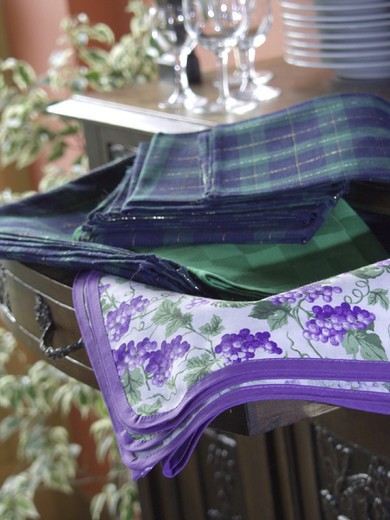 Stock Photo: 3153-649349 tableclothes and napkins, sideboard