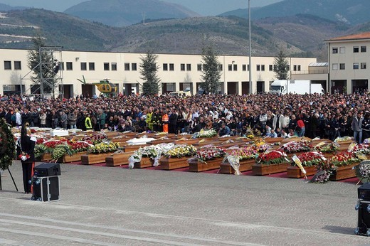 l´aquila 2009, state funeral for the earthquake victims : Stock Photo