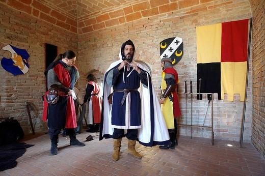 vestizione di cavalieri medievali alla rocca viscontea di castell´arquato, emilia romagna, italia : Stock Photo
