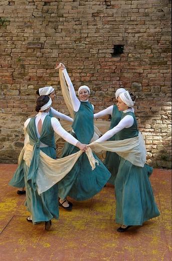 Stock Photo: 3153-674695 danze medievali alla rocca viscontea di castell´arquato, emilia romagna, italia