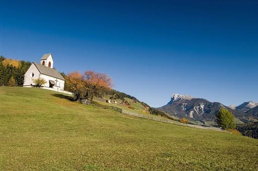 europe, italy, trentino alto adige, dolomites, val di funes, santa maddalena, san giacomo church : Stock Photo