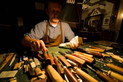 francesco bissolotti, violin maker, cremona, lombardia, italy : Stock Photo