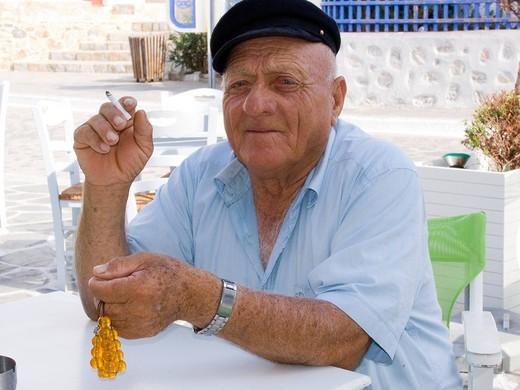 uomo con rosario greco, combolo, isola di astypalea, dodecanneso, grecia : Stock Photo