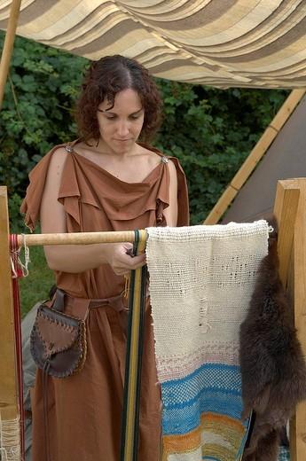 donna celtica al telaio, celtic days, ome, franciacorta : Stock Photo
