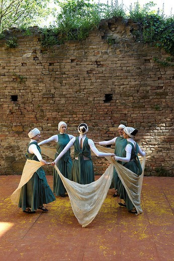 Stock Photo: 3153-703964 danze medievali alla rocca viscontea di castell´arquato, emilia romagna, italia