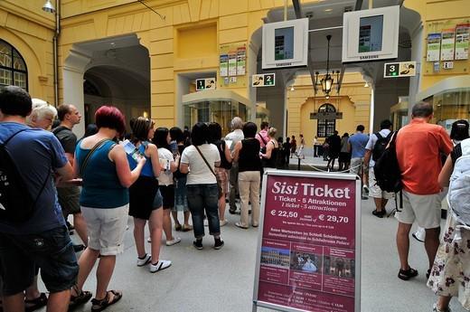 ingresso al castello di schonbrunn, vienna, austria : Stock Photo